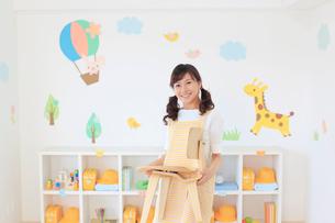 教室の片づけをする幼稚園の先生の写真素材 [FYI02031632]