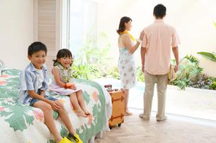 南国リゾートの旅行を楽しむ家族の写真素材 [FYI02031639]