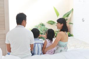 南国リゾートの旅行を楽しむ家族の写真素材 [FYI02031677]