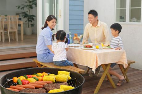 バーベキューを楽しむ家族の写真素材 [FYI02031690]