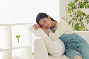 疲れで休憩する主婦の写真素材 [FYI02031706]
