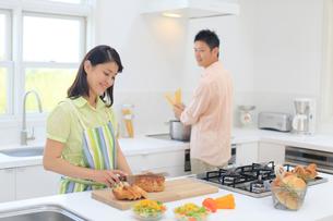 料理を楽しむ若い夫婦の写真素材 [FYI02031758]