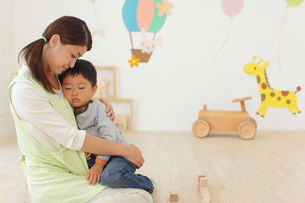 体調の悪い保育園児と介抱する先生の写真素材 [FYI02031787]