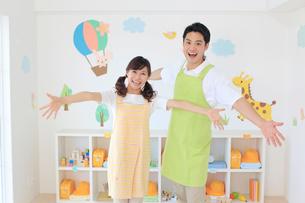 男女の幼稚園の先生の写真素材 [FYI02031798]