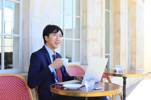 カフェで仕事をするビジネスマンの写真素材 [FYI02031806]