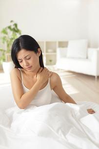 寝起きから体調のすぐれない女性の写真素材 [FYI02031814]