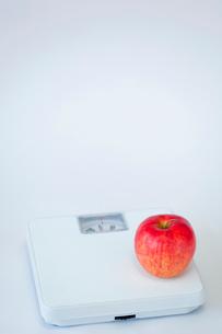 体重計の上のリンゴの写真素材 [FYI02031823]