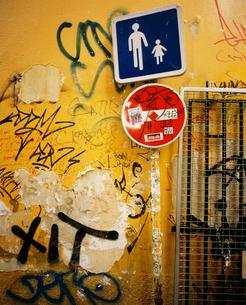 落書きだらけの壁の写真素材 [FYI02031831]