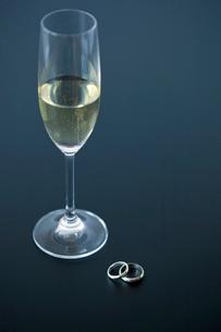 シャンパンと結婚指輪の写真素材 [FYI02031865]