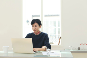 ホームオフィスで仕事をする男性の写真素材 [FYI02031892]