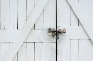 壊れた鍵のついた車庫の写真素材 [FYI02032044]