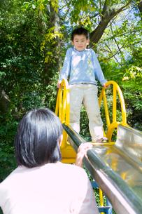 スベリ台で遊ぶ親子の写真素材 [FYI02032060]