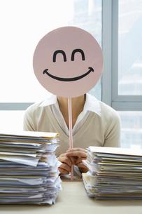 笑顔のマークを持った女性の写真素材 [FYI02032293]