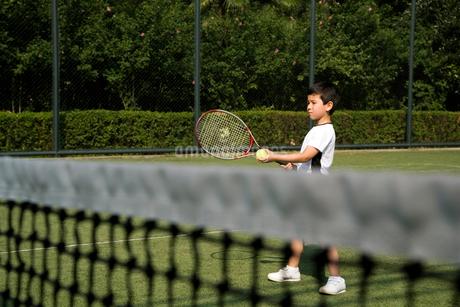 テニスをする少年の写真素材 [FYI02032318]