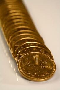 並べられた1元硬貨の写真素材 [FYI02032336]