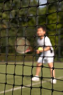 テニスをする少年の写真素材 [FYI02032357]