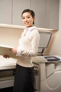 オフィスで働く若い女性の写真素材 [FYI02032380]