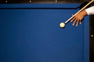 ビリヤードをする男性の手の写真素材 [FYI02032449]
