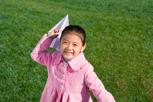 紙飛行機で遊ぶ少女の写真素材 [FYI02032467]
