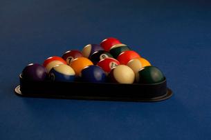 ビリヤード台の上にセットされたボールの写真素材 [FYI02032486]