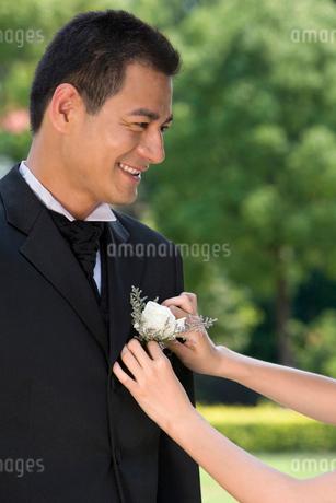 花を飾られる花婿の写真素材 [FYI02032506]