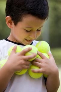 テニスボールを持つ少年の写真素材 [FYI02032533]