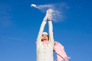 雪合戦をする若い女性の写真素材 [FYI02032606]