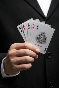 エースのカードを持つ男性の写真素材 [FYI02032612]