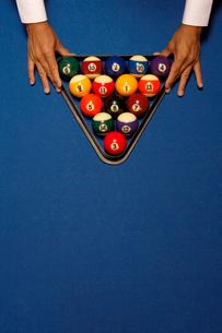 ビリヤードのボールをセットする男性の手の写真素材 [FYI02032679]
