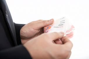 お金を数える男性の写真素材 [FYI02032680]