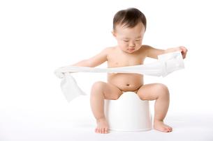 おまるに座る赤ちゃんの写真素材 [FYI02032738]