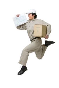 荷物を運ぶ配送業者の写真素材 [FYI02032779]