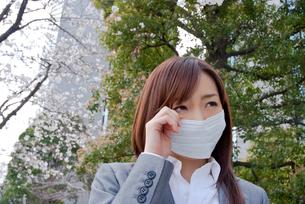 マスクをして目をこする女性の写真素材 [FYI02032803]