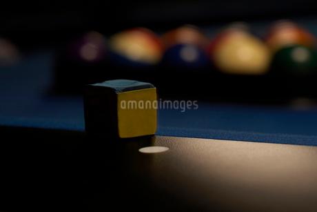 ビリヤード台の上のチョークの写真素材 [FYI02032818]