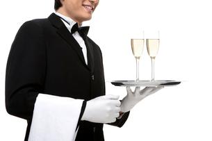 シャンパンを運ぶウェイターの写真素材 [FYI02032829]