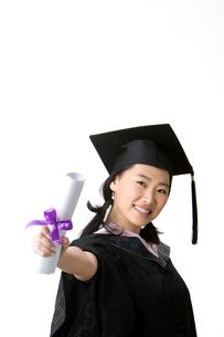 卒業証書を手にした卒業生の写真素材 [FYI02032834]