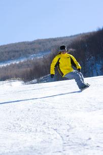 スノーボードをする若い男性の写真素材 [FYI02032879]
