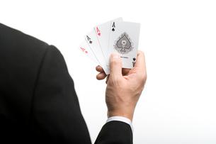 エースのカードを持つ男性の後姿の写真素材 [FYI02032925]