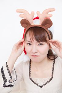トナカイの耳をつける若い女性の写真素材 [FYI02032926]