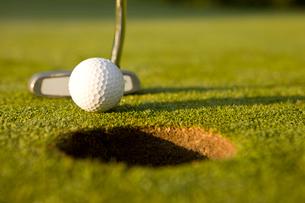 パターとゴルフボールの写真素材 [FYI02032958]