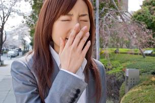 くしゃみをする若い女性の写真素材 [FYI02032961]
