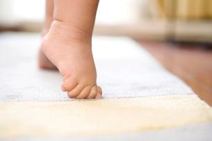 つま先立ちをする赤ちゃんの足の写真素材 [FYI02033050]