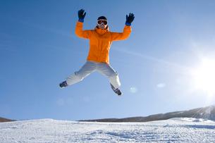 スキー場でジャンプをする若い女性の写真素材 [FYI02033059]