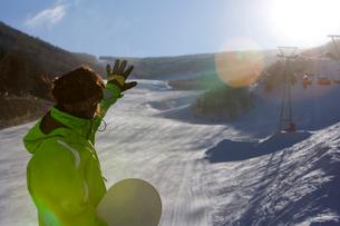 スノーボードを持って立っている若い男性の写真素材 [FYI02033075]
