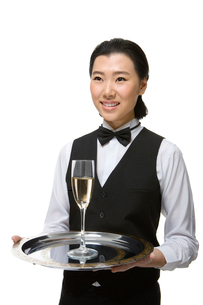 シャンパンを運ぶウェイトレスの写真素材 [FYI02033167]