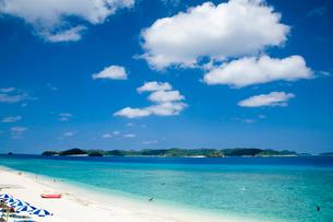 慶良間諸島の透明な海と空の写真素材 [FYI02033171]