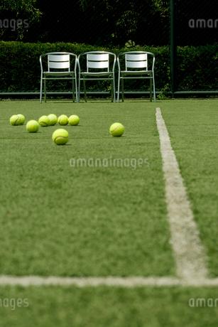 テニスコート上のボールの写真素材 [FYI02033210]