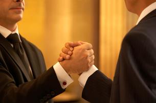 握手をするビジネスマンの手の写真素材 [FYI02033216]