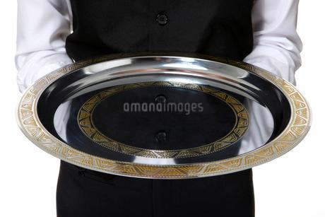 銀色のお盆を持つウェイターの写真素材 [FYI02033219]