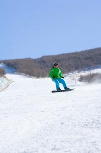 スノーボードをする若い男性の写真素材 [FYI02033227]